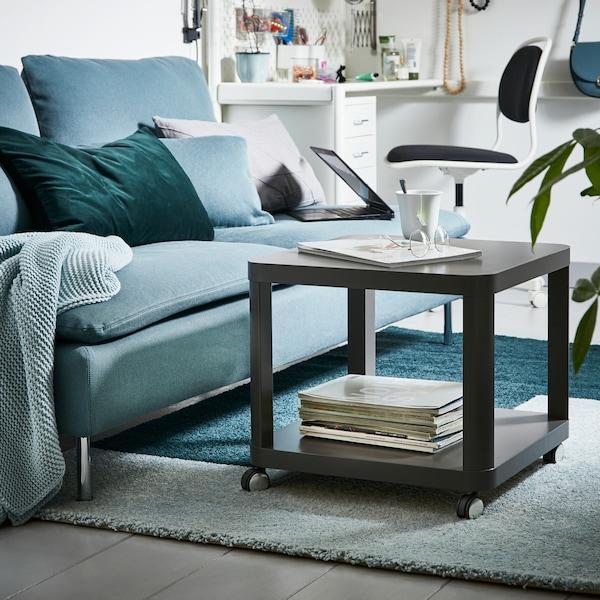 Turkoosi SÖDERHAMN-sohva, jonka edessä on musta TINGBY-apupöytä ja KONGSTURP-matto. Sohvalla on koristetyynyjä kuten vihreä SANELA.