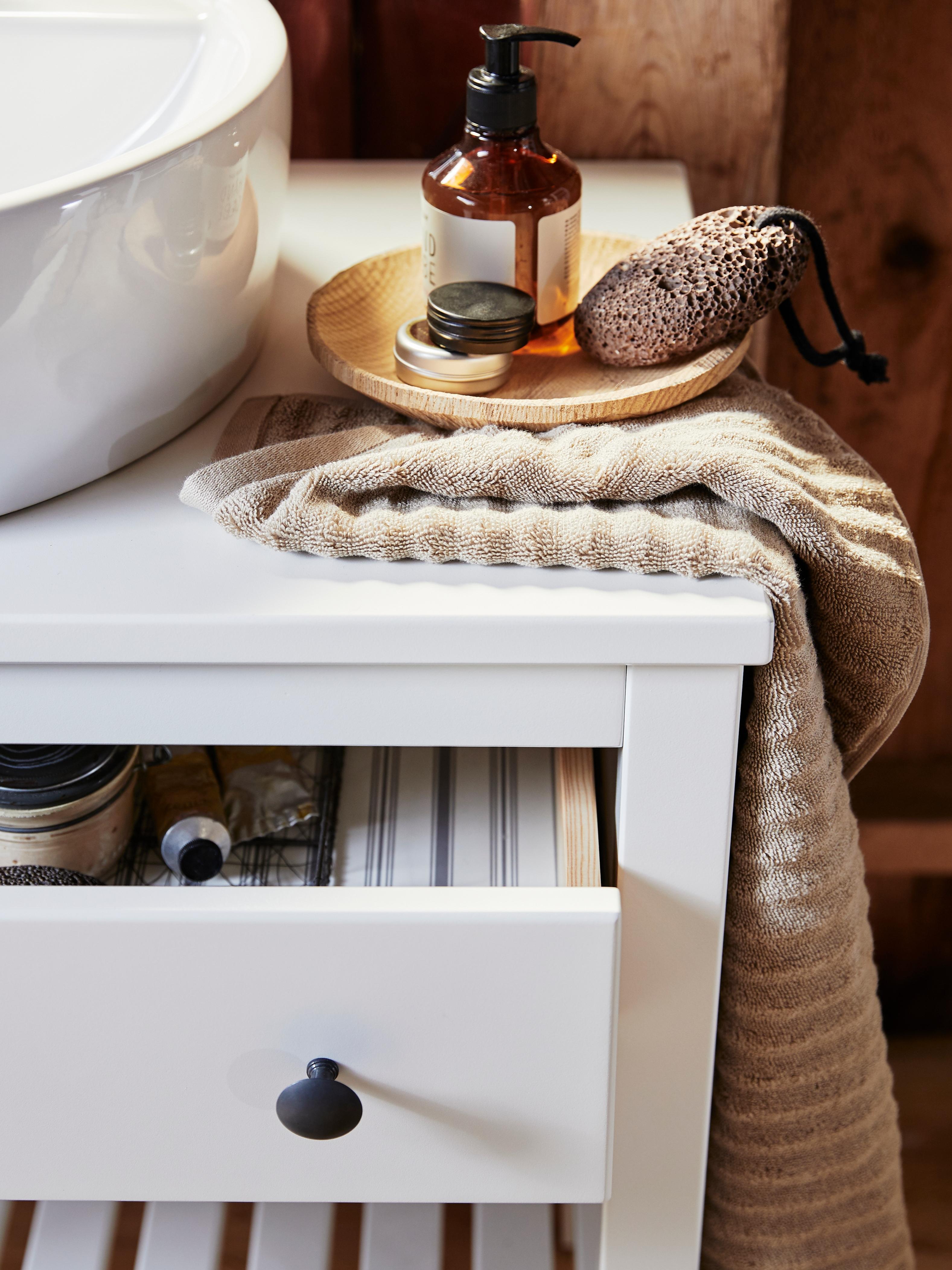 Bijeli HEMNES/TÖRNVIKEN otvoreni element s umivaonikom od 45 cm, prikazuje ručnik na vrhu i otvorenu ladicu s kvakom.