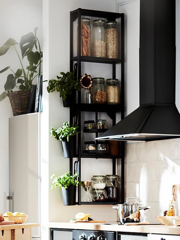 Schmales schwarzes Wandregal in der Küche