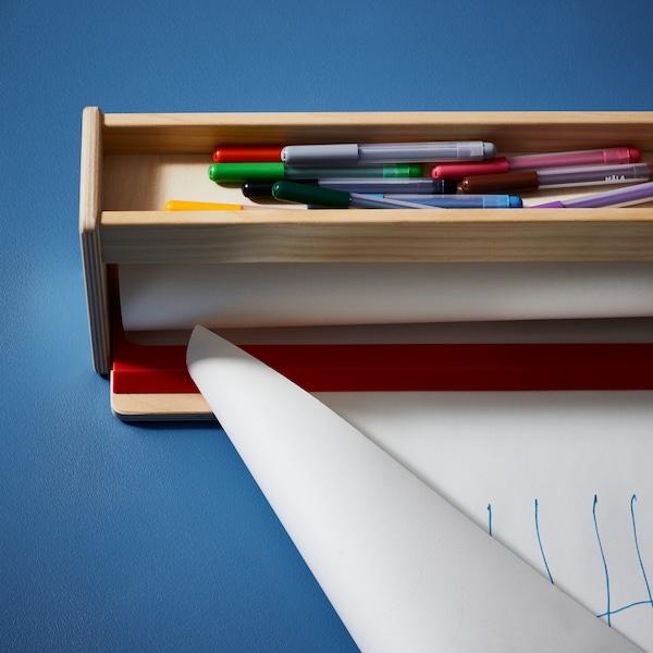 MÅLA papírtekercs-tartó tárolóval, a felső rekeszében MÅLA filctollal és néhány leszakított papírral.