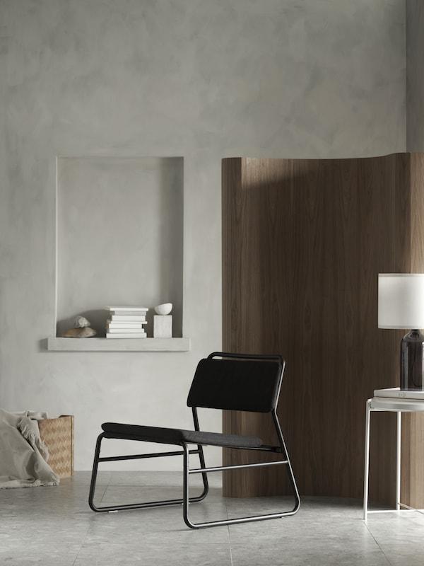 une chaise LINNEBÄCK gris foncé dans un intérieur minimaliste