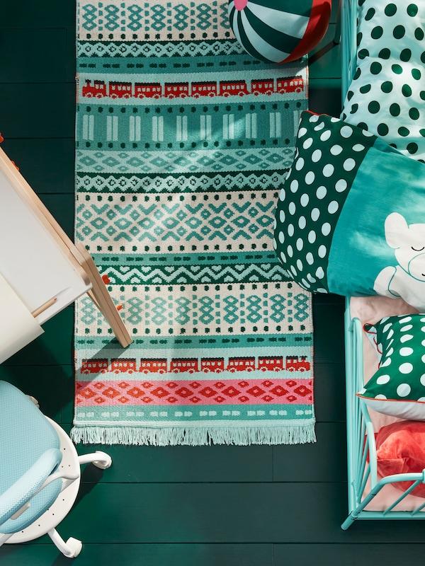 Un tapis pour enfants dans le style d'un tapis persan s'adapte à n'importe quelle chambre d'enfant et la transforme rapidement en une chambre bohème colorée.