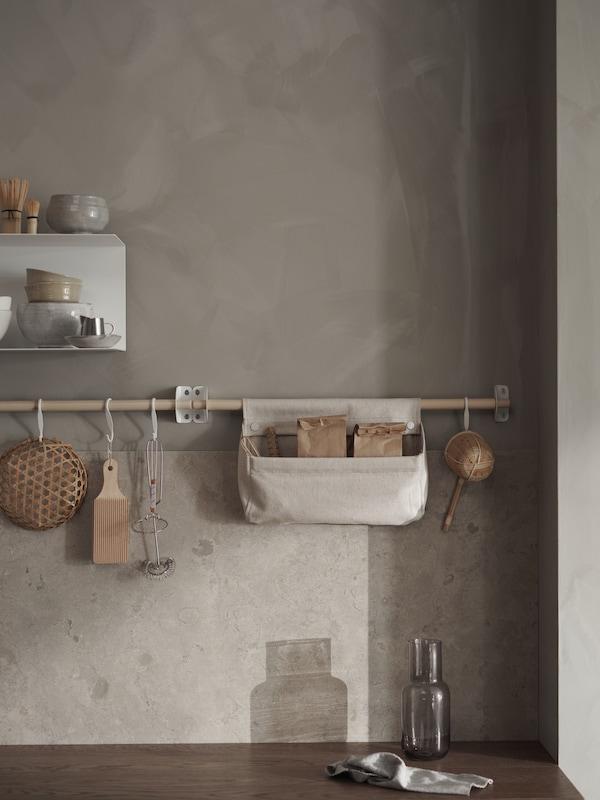 NEREBY hängande förvaring i ett kök som går ton i ton.
