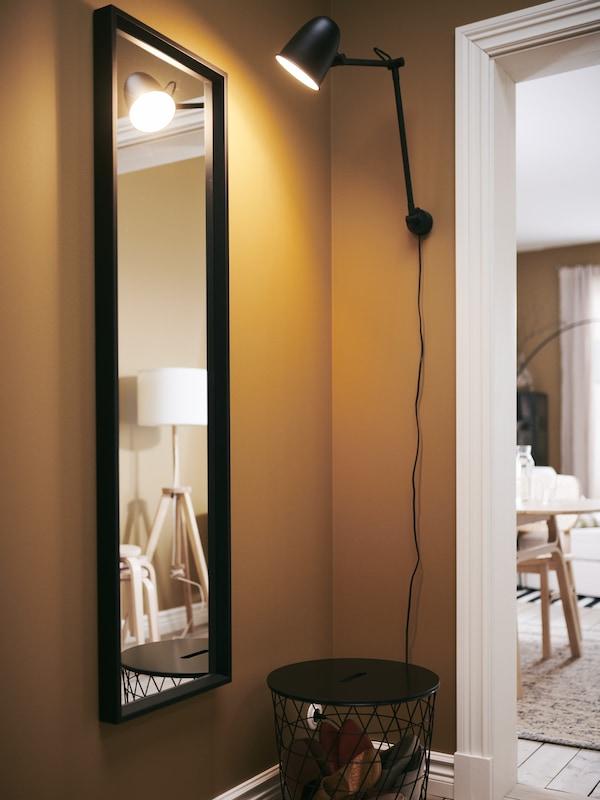 Miroir NISSEDAL dans l'entrée, éclairé par une lampe de travail/murale SKURUP.
