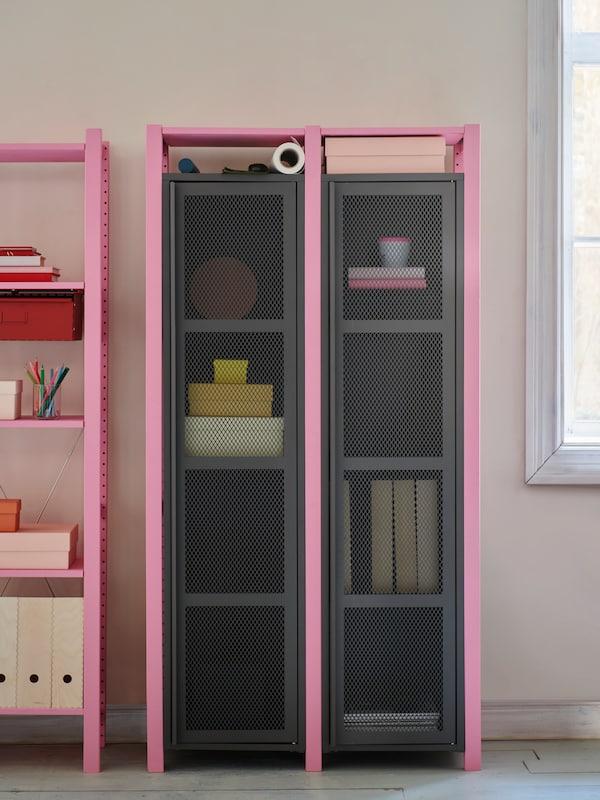 IVAR förvaringssystem syns på bild med rosa detaljer och inredning och dekoration inne i
