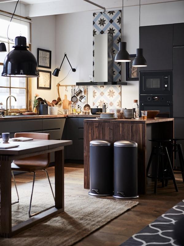 مطبخ METOD مع لوح حماية خلفي مكسو بالبلاط، وجزيرة مطبخ خشبية وزوج من حاويات بدواسة MJÖSA.
