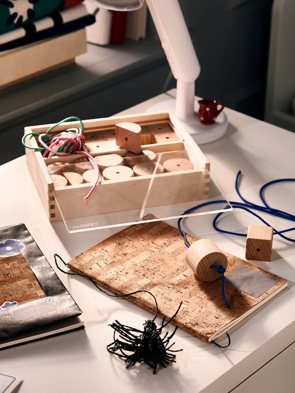 Une table avec des jouets en bois et un cahier.