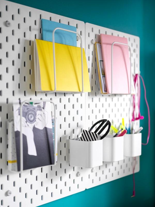 Hulpladen SKÅDIShar notesbøger stående i brevholder, samt opbevaring af skriveredskabet.