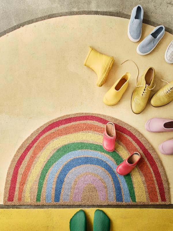 PILLEMARKEN gezien van bovenaf is het een ronde deurmat met een regenboogpatroon.