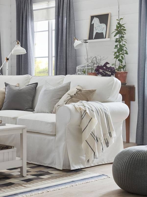 Vit EKTORP soffa i ljust vardagsrum.