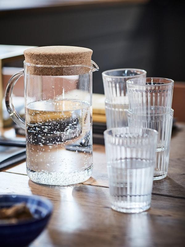 Pichet et verres VARDAGEN remplis d'eau.