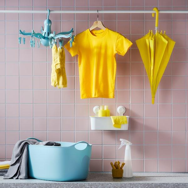 Un comptoir avec une tringle au-dessus pour suspendre des vêtements.