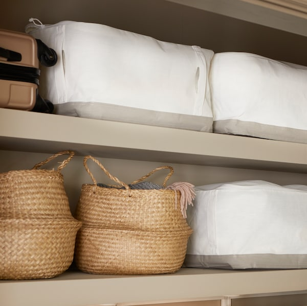 Des étagères au mur servent de rangement pour la maison. Elles contiennent des paniers FLÅDIS en jonc de mer et des boîtes-tiroirs LACKISAR.