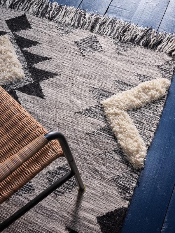 Gros plan d'un tapis à motifs.