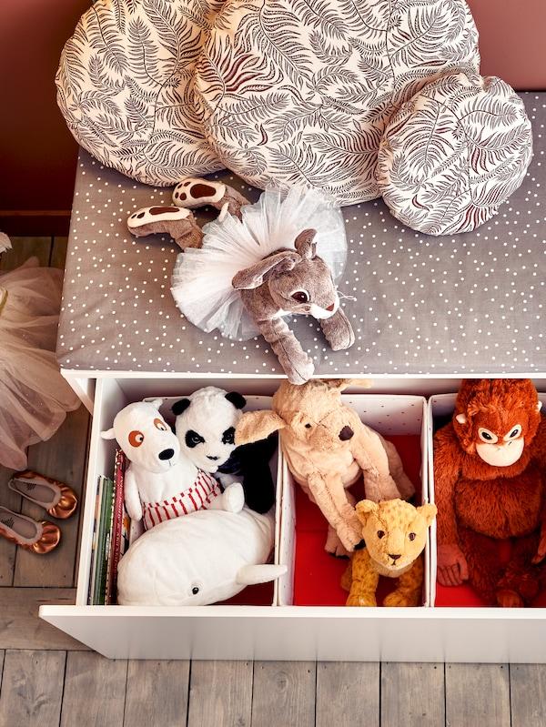 Peluche vari che fuoriescono da una cassettiera per bambini - IKEA