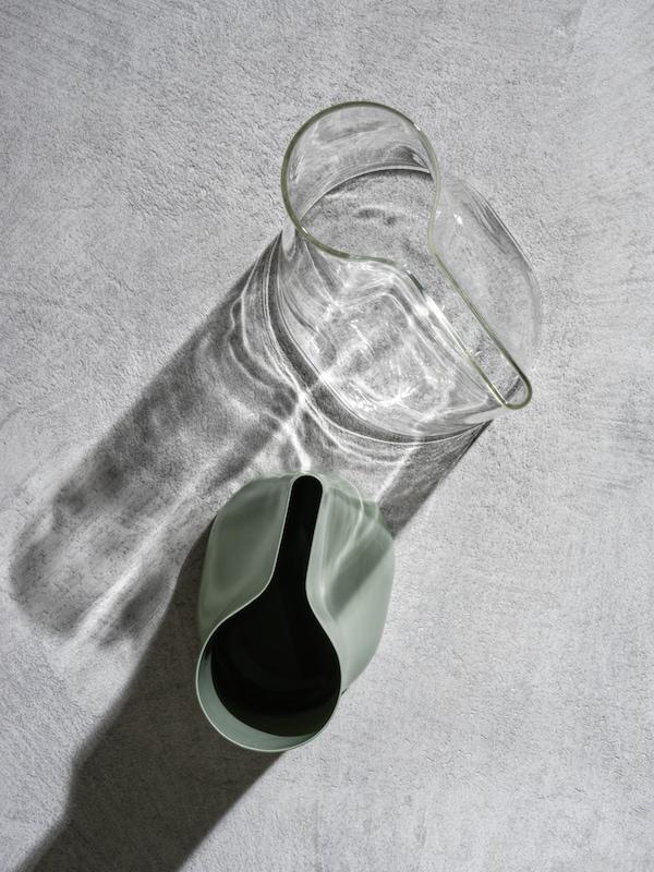 Zwei CHILIFRUKT Vasen, die auch als Gießkanne verwendet werden können stehen auf einem hellen Untergrund.