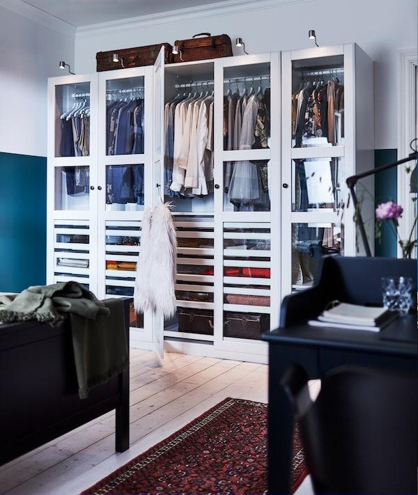PAX garderobe på et soverom.