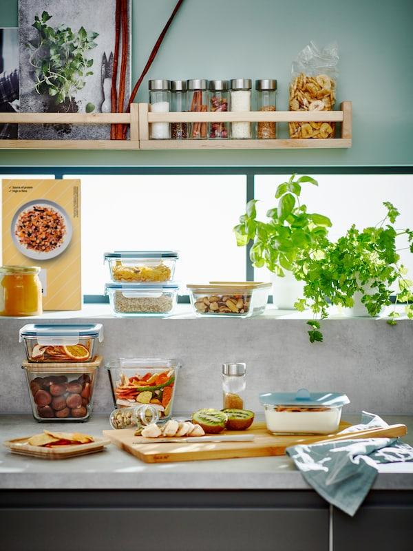Küchenarbeitsfläche mit Regalen, die mit Frühstückszutaten in  IKEA 365+ Vorratsbehältern bestückt sind.
