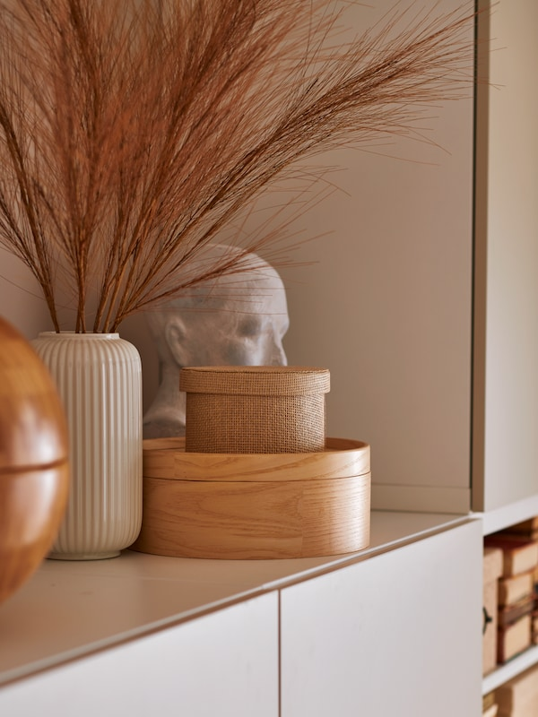 A vase, a ceramic bust, a KVARNVIK storage box and a MALLGRODA box with lid in ash veneer making a decorative arrangement.