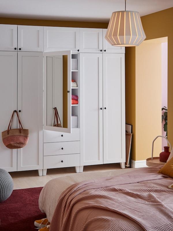 Rangement fermé PLATSA dans une chambre