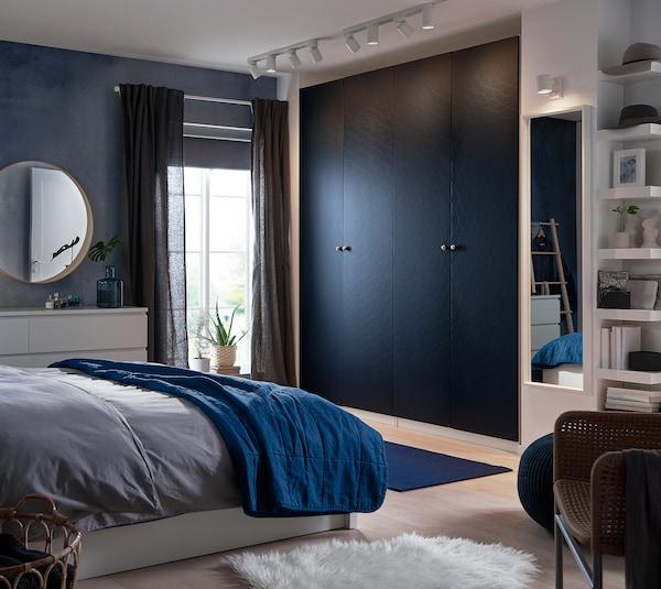 Chambre avec la rangement fermé porte bleu nuit PAX