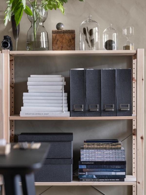 IVAR- hylly, jossa kaikki tavarat ovat siistissä järjestyksessä omalla paikallaan.