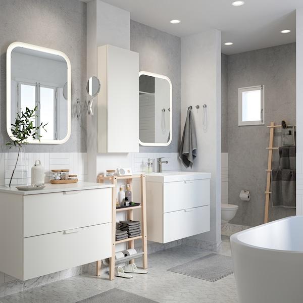حمام أبيض/رمادي مع مرآتان ووحدتي حوض غسل GODMORGON ووحدة رفوف VILTO بتولا بينهما.