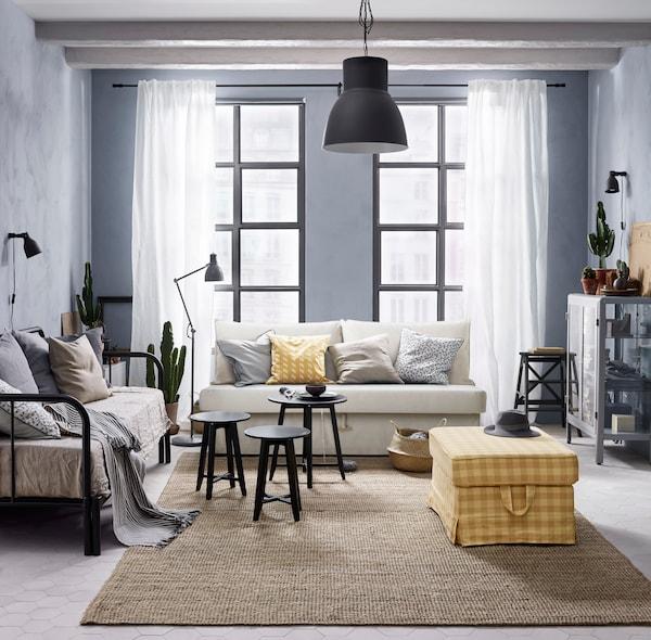 Une salle de séjour spacieuse avec une variété de sièges