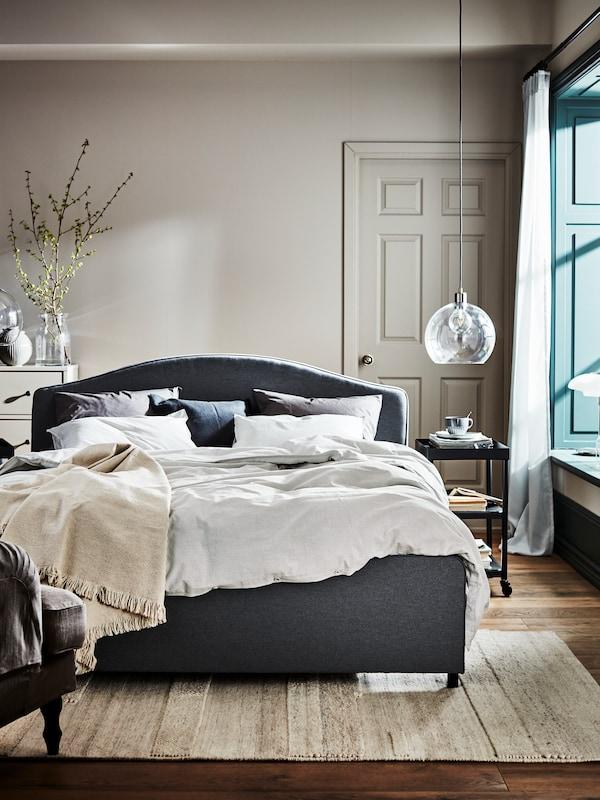 HAUGA seng med deilig sengetøy.
