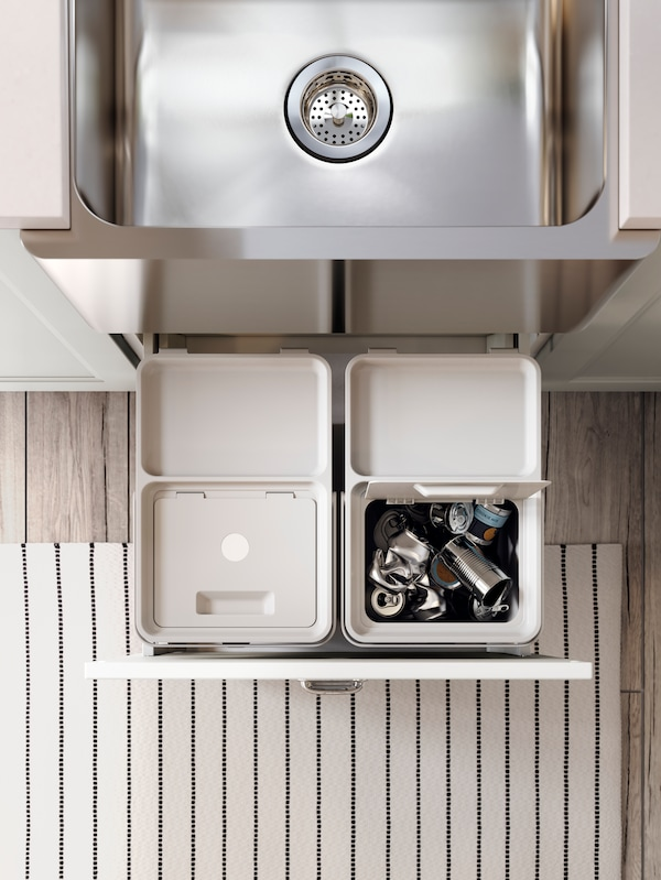 HÅLLBAR affaldssorteringsspande i en skuffe under en stålvask.