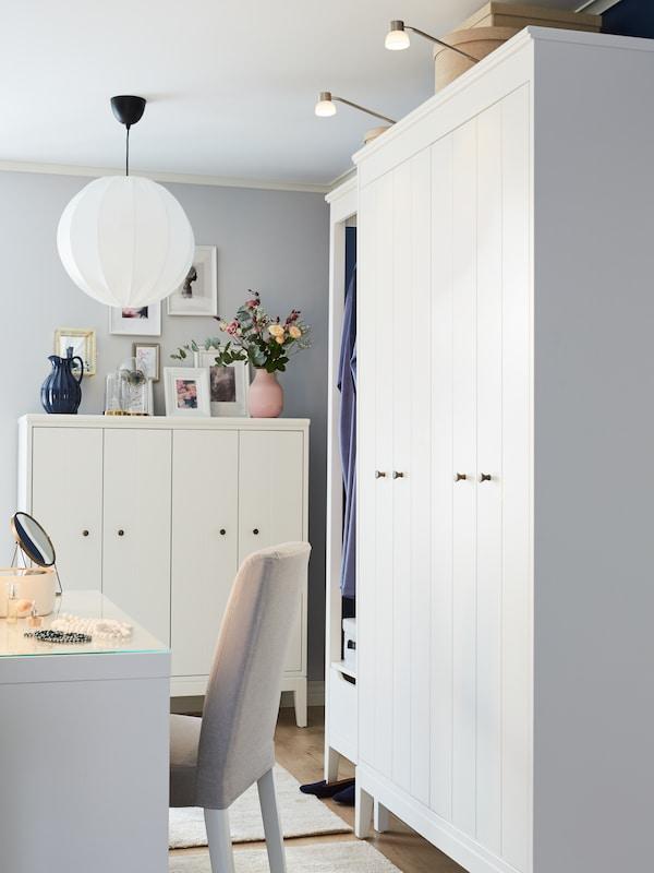 IDANÄS skåp och garderober i vitt med vikdörrar i ett ljust sovrum.