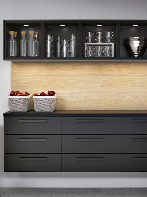 Cucina KUNGSBACKA in legno scuro con nove cassetti e un pensile a giorno con caraffe d'acqua e bicchieri - IKEA