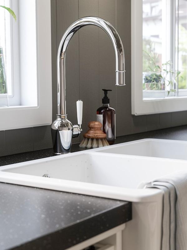 Hvid HAVSEN vask der er så dyb, at den har plads til mange gryder og tallerkener.