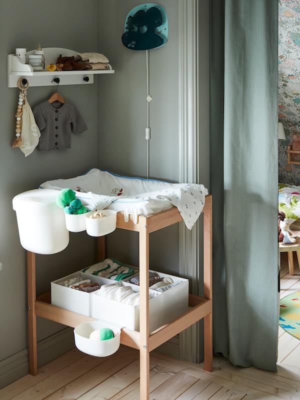 SNIGLAR skötbord i kjust trä i ljusgrönt barnrum.