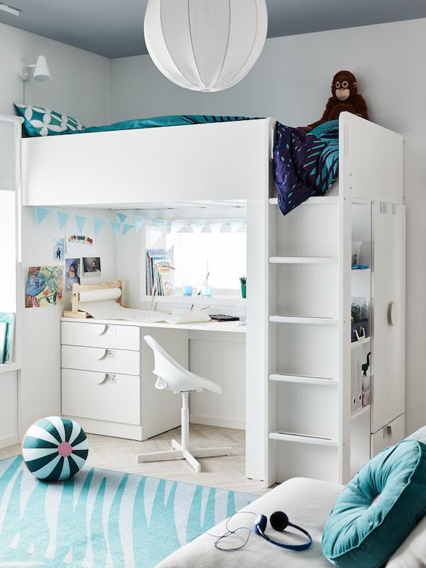 SMÅSTAD loftsäng i vitt med skrivbord med 4 lådor står i ett barnrum.