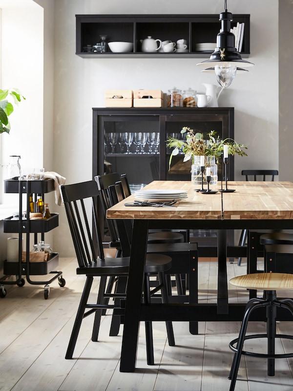 Combinaison coordonnée salle à manger et séjour avec meubles en rotin dans les tons de brun, de gris et d'anthracite.