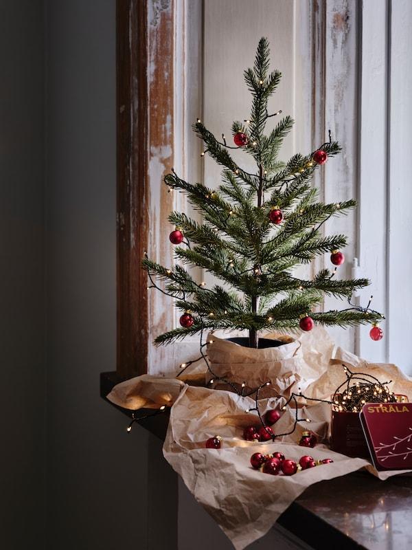 Árbol pequeño de Navidad decorado con motivos rojos