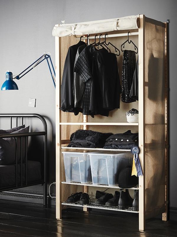 Estante nun rocho de almacenaxe de roupa