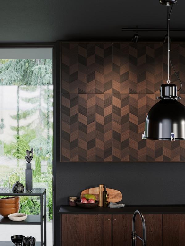 A brown kitchen featurnig HASSLARP kitchen door fronts