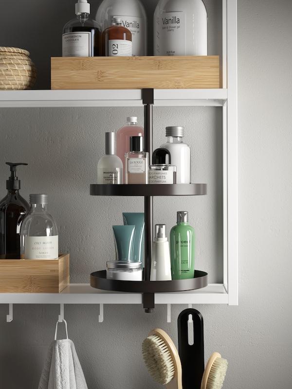 Detalj bilde av kjøkkenhylle.