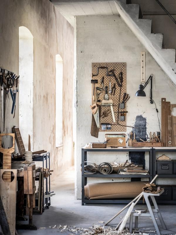 Et kælderum med værktøj, opbevaringsmøbler og arbejdsstationer