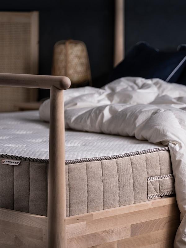 FJÄLLARNIKA poplun na VATNESTRÖM madracu s džepičastim oprugama na GJÖRA okviru kreveta.