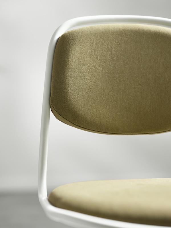 Den øverste delen av en hvit og gulgrønn ÖRFJÄLL kontorstol med polstring på setet og seteryggen.