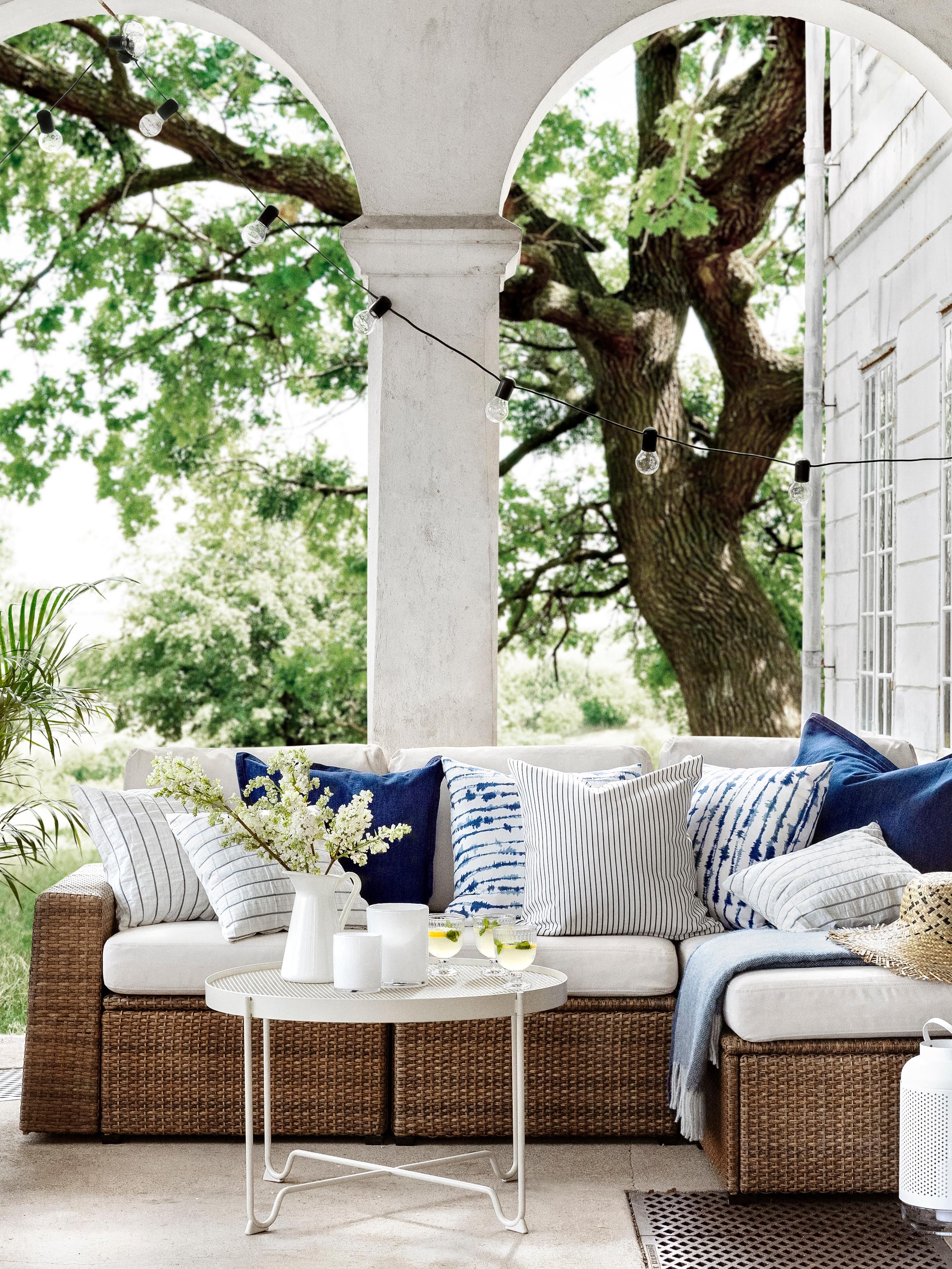 SOLLERÖN počivaljka na vrtnoj terasi, prekrivena STRIMSPORRE, INGALILL i KONSTANSE ukrasnim jastučnicama.