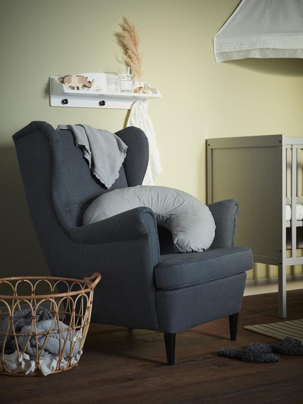 Жёлтое кресло Страндмон в интерьере