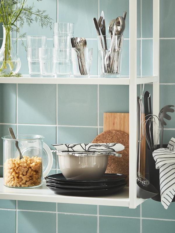 naczynia i szklanki na półce kuchennej