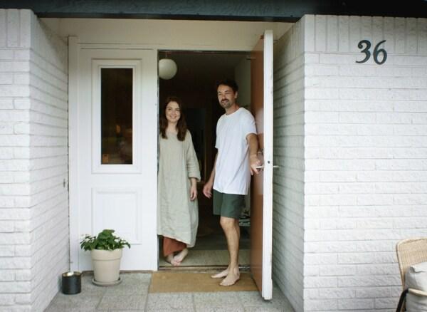 O deseñador Mikael Axelsson e unha muller abrindo a porta dunha casa.