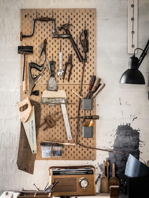 En tavle hvor verktøy henger på kroker.