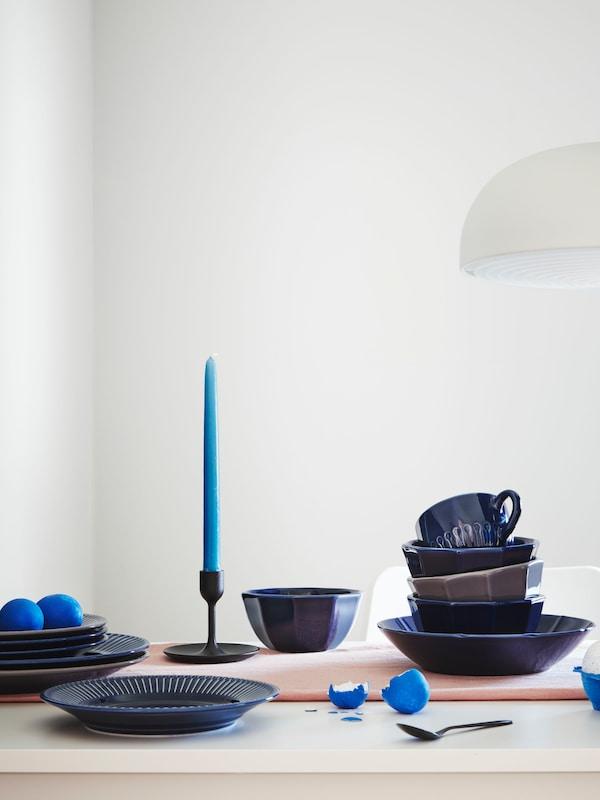 Table dressée avec de la vaisselle STRIMMIG verte d'inspiration florale. On y trouve aussi une assiette blanche avec deux œufs.