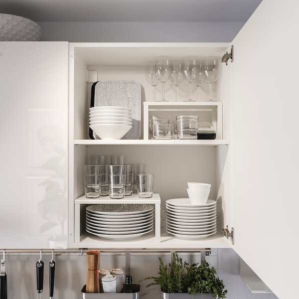 A white KNOXHULT kitchen with dinnerware.
